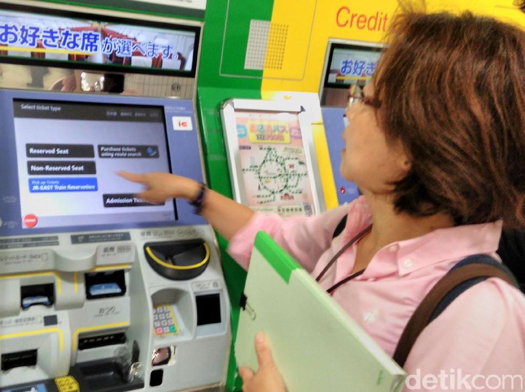 Membeli tiket Shinkansen bukan di loket, melainkan memakai mesin. Jika baru pertama kali, ada baiknya meminta bantuan petugas stasiun, sambil memperhatikan caranya.