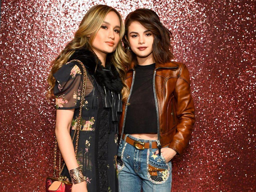 Cinta Laura membuat heboh netizen karena fotonya bersama Selena Gomez di acara fashion di New York, AS pada Selasa (12/9) lalu. Dave Kotinsky/Getty Images for Coach/detikFoto.