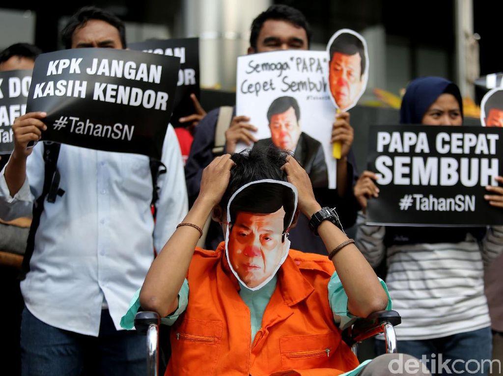 Sejumlah aktivis dari Indonesia Corruption Watch dan LBH Jakarta nampak melakukan aksi damai di gedung KPK, Jakarta, Kamis (14/9/2017).