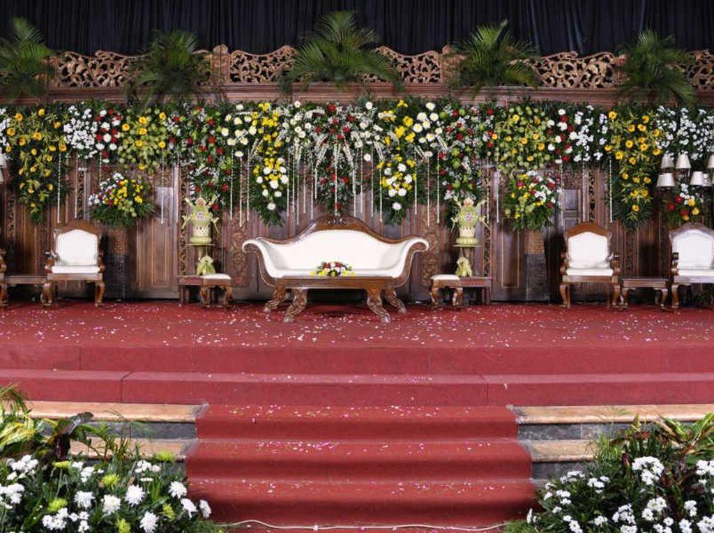 Tempat untuk pengantin menerima tamu saat resepsi pernikahan di dalam gedung Graha Saba Buana. Foto: Dok. Chilli Pari Catering