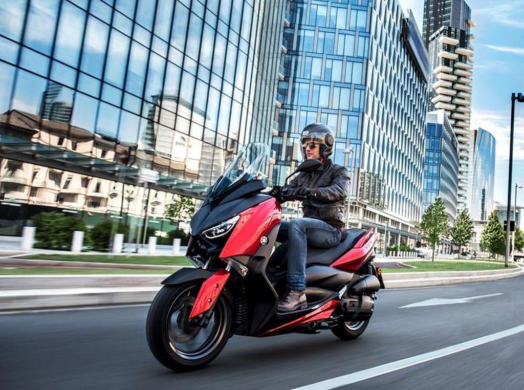 Skuter bongsor Yamaha di Eropa semakin banyak saja. Kini, selain XMAX bermesin 250 cc, 300 cc, dan 400 cc, Yamaha Eropa menawarkan XMAX dengan mesin lebih kecil, yaitu mesin 125 cc.Foto: Dok. Yamaha