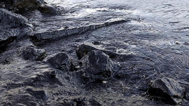 <p>Pada Selasa, ombak tebal yang membawa minyak telah menyelimuti Riviera Athena, beberapa kilometer dari lokasi tersebut.(Reuters/Giorgos Moutafis)</p>
