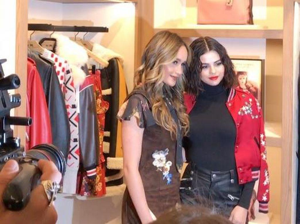 Keduanya kembali bertemu di acara salah satu lini fashion ternama pada Rabu (13/9) waktu setempat. (Dok. Instagram/claurakiehl)