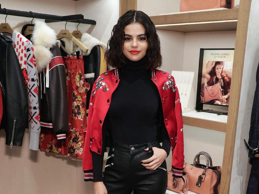 Sedangkan Selena Gomez tampil menawan dengan jaket sport merah dan kaus hitam yang dipadukan dengan celana kulit berwarna hitam. Cindy Ord/Getty Images for Coach/detikFoto.
