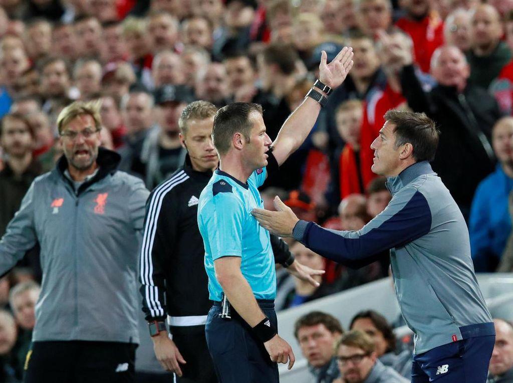 Pelatih Sevilla Eduardo Berizzo diusir wasit Danny Makkelie ke tribun penonton usai melemparkan bola. (Foto: Jason Cairnduff/Action Images via Reuters)
