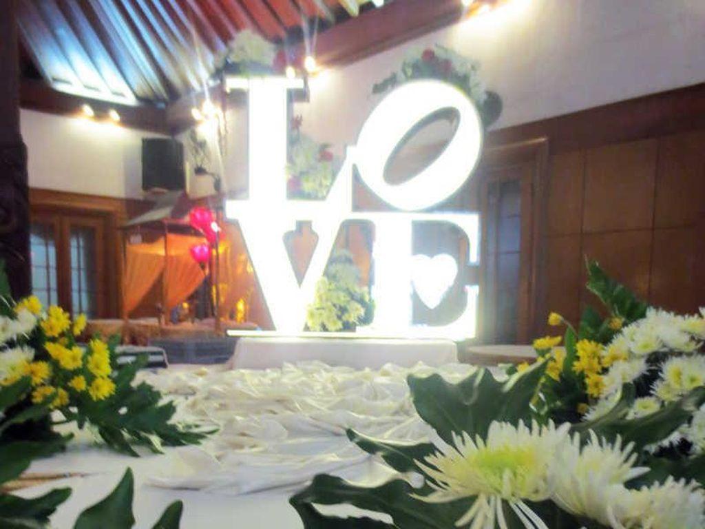 Dekorasi resepsi pernikahan di gedung Graha Saba Buana. Gedung ini berlokasi di Banyuanyar, Solo. Foto: Dok. Chilli Pari Catering