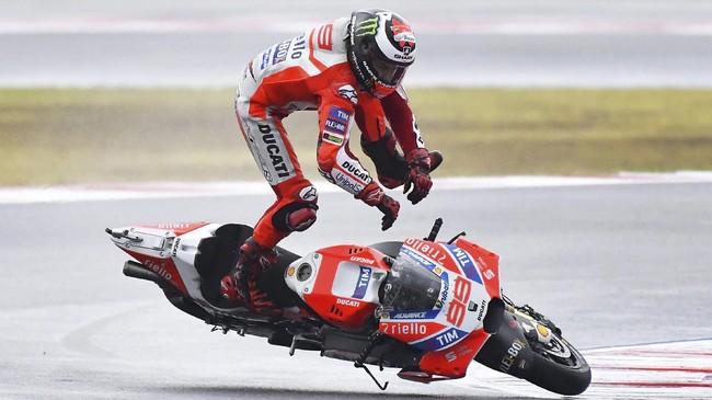 Jorge Lorenzo kehilangan kendali bagian belakang sepeda motor Desmosedici GP17 dan terhempas ke udara. (AFP PHOTO / Marco BERTORELLO)