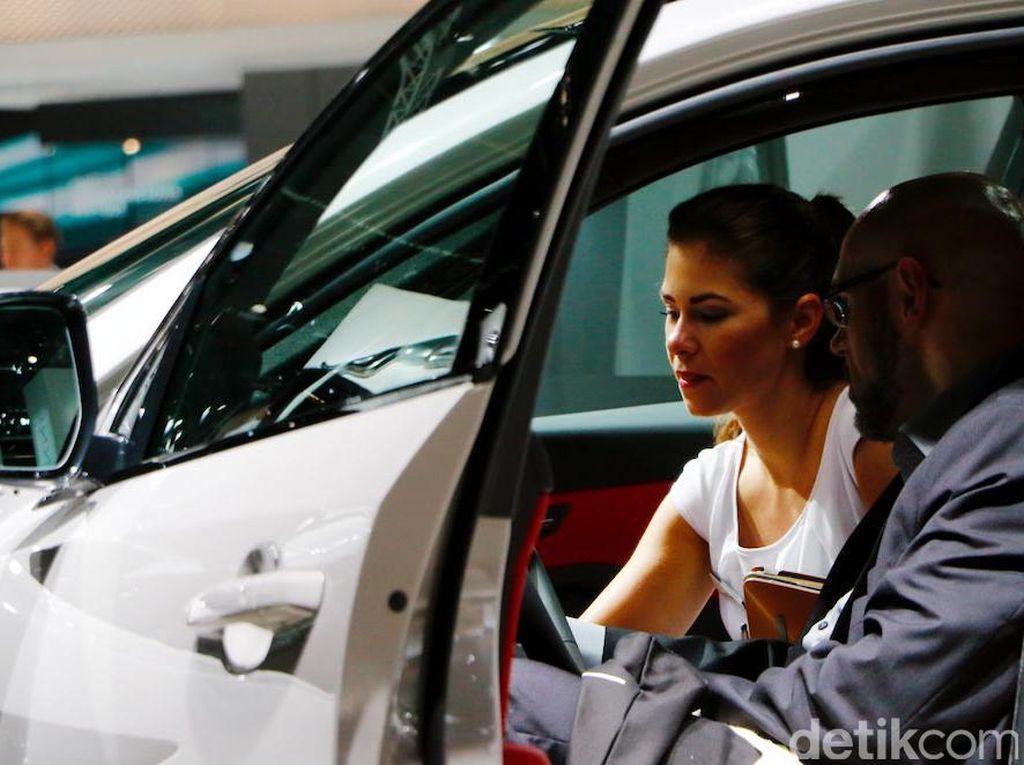 Frankfurt Motor Show menampilkan debut dunia 228 kendaraan. Jumlah ini lebih dari 4 kali lipat dibanding jumlah debut dunia di pameran otomotif di Indonesia. Dengan kendaraan yang ditampung di 11 Hall yang terpisah, Anda bisa bayangkan betapa besarnya ruang pameran Frankfurt Motor Show.