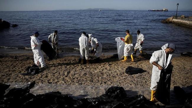 <p>Para pekerja pun dikerahkan pada hari Rabu, untuk membersihkan minyak tumpah tersebut.(Reuters/Alkis Konstantinidis)</p>