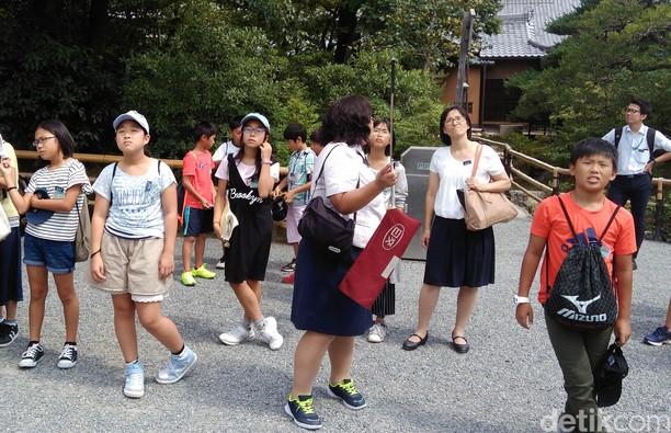 Gaya Siswa Jepang Wisata ke Kuil Emas
