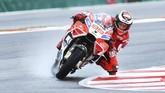 Jorge Lorenzo yang menjalani musim debut bersama Ducati sempat memimpin dengan nyaman setelah unggul hingga lebih dari 2 detik atas pebalap Pramac Ducati Danilo Petrucci. (AFP PHOTO / ANDREAS SOLARO)