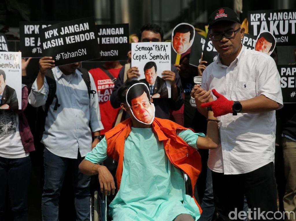 Aksi teatrikal juga dilakukan sejumlah aktivis, nampak Setya Novanto duduk diatas kursi sambil mengenakan rompi orange khas KPK.
