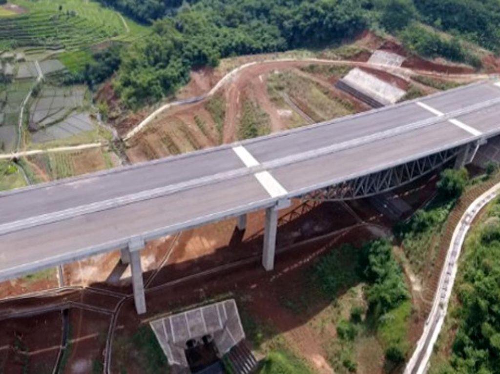 Pembangunan Tol Cisumdawu (61,1 km) membutuhkan biaya besar yakni mencapai Rp 8,41 triliun yang pengerjaannya dilakukan dengan skema Kerjasama Pemerintah dan Badan Usaha (KPBU). Untuk meningkatkan kelayakan investasi di ruas jalan tol tersebut, Pemerintah memberikan dukungan berupa pembiayaan dan konstruksi pada Seksi 1 Cileunyi-Ranca Kalong (11,45 km) dan Seksi 2 Ranca Kalong – Sumedang (17,05 km). Dok. Kementerian PUPR.