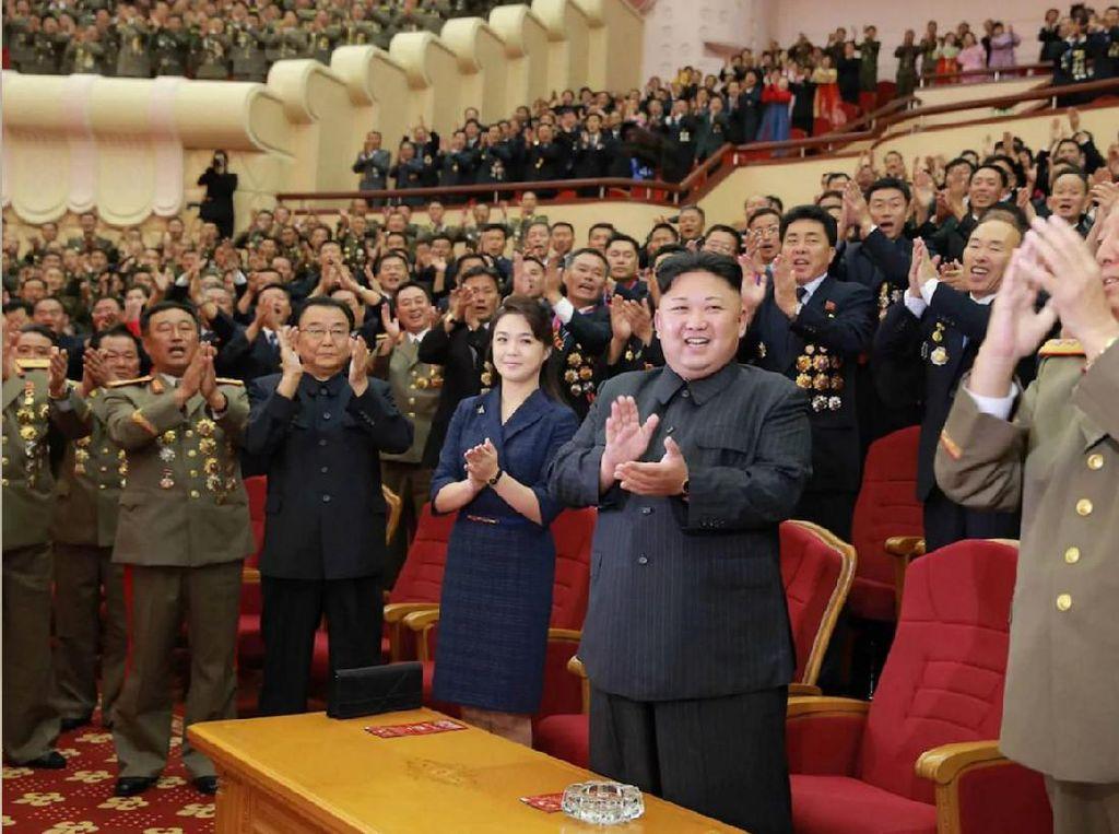 Ri tampil kembali dalam acara gala jamuan bagi ilmuwan yang merancang bom hidrogen. Dari foto yang terlihat, Ri mengenakan dress formal berwarna biru tua dan duduk di sebelah sang suami. Foto: AFP