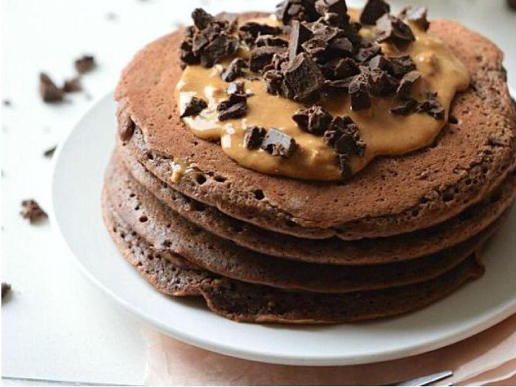 Pancake cokelat yang sedikit tebal dan fluffy ini enak dimakan hangat dengan olesan selai kacang dan taburan cokelat serut. Satu pasti kurang!Foto: Istimewa