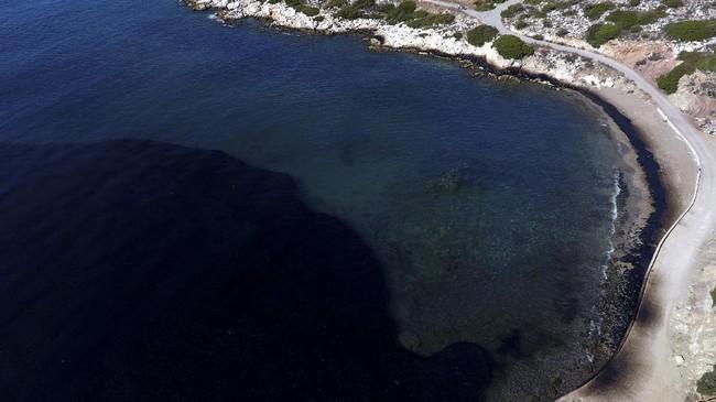 <p>Kapal tua berusia 45 tahun itu, Agia Zoni II, membawa 2.500 ton bahan bakar saat karam di dekat pulau Salamis akhir pekan lalu. (Reuters/Giorgos Moutafis)</p>