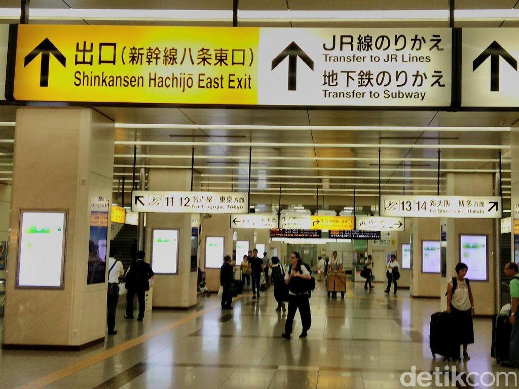 Tak jauh berbeda dengan stasiun Tokyo, penumpang shinkansen di Stasiun Kyoto cukup ramai.