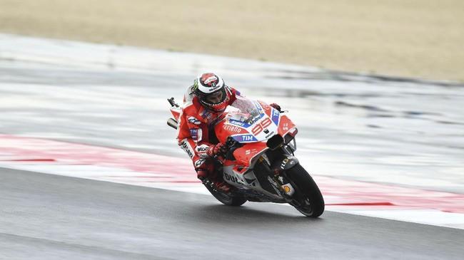 Jorge Lorenzo kemudian melakukan kesalahan di tikungan enam lap ketujuh. Juara dunia MotoGP tiga kali itu gagal mengontrol sepeda motor saat memasuki tikungan ke kiri. (AFP PHOTO / ANDREAS SOLARO)
