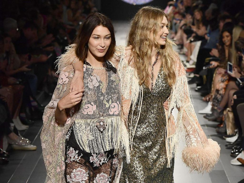 Gigi dan Bella saat tampil di acara Anna Sui dalam acara New York Fashion Week, New York City, AS pada Senin (11/9) waktu setempat. Frazer Harrison/Getty Images For NYFW: The Shows/detikFoto.