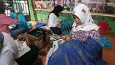 Membatik memang membutuhkan ketelatenan, saat ini perajin yang bekeja di sanggar ini hanya berjumlah 16 orang, namun mereka tetap dapat memenuhi permintaan pelanggan yang pesanannya bisa mencapai 300 lembar kain batik.(ANTARA FOTO/Syailendra Hafiz Wiratama)