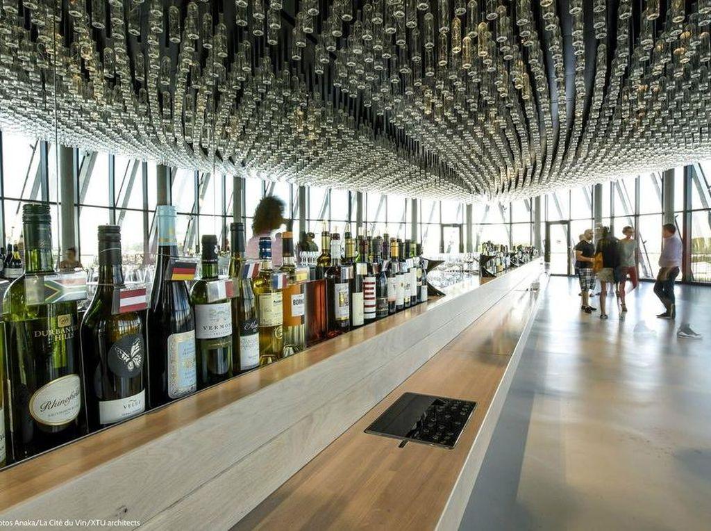 La Cite Du Vin di Bordeaux, Prancis menjadi tujuan tepat bagi pencinta wine. Karena ada 20 ruang bertema yang bisa mengeksplorasi budaya dan peninggalan wine. Di sini ada watchtower untuk melihat pemandangan indah Bordeaux dari ketinggian dan merasakan wine dari wilayah terbaik dunia.