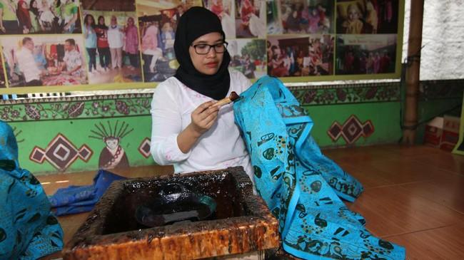 Namun ternyata tidak banyak orang yang menyadari bahwa di Jakarta sendiri ada batik khas Betawi. Sebagai salah satu simbol identitas daerahnya, batik betawi memang tidak begitu tesohor, bahkan kini menjadi barang langka. (ANTARA FOTO/Syailendra Hafiz Wiratama)
