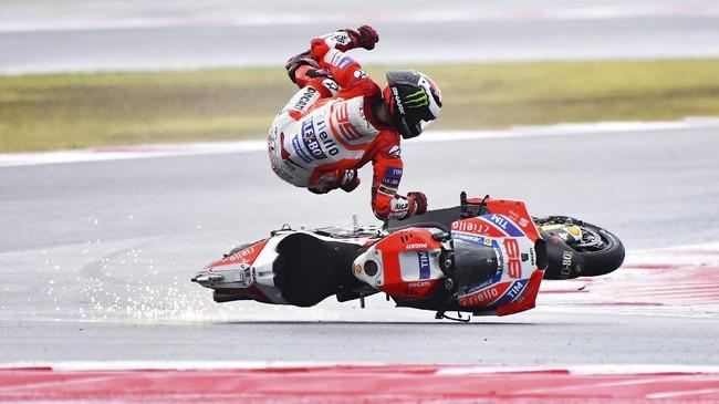 Usai balapan Jorge Lorenzo mengaku telah melakukan kesalahan sendiri. Lorenzo mengatakan Desmosedici GP17 akan sulit dikendalikan jika digas sedikit berlebihan. (AFP PHOTO / Marco BERTORELLO)