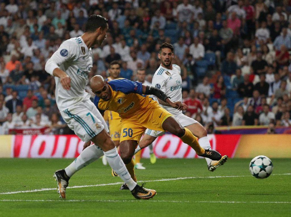 Ronaldo langsung mencetak gol di menit ke-12 untuk membuka keunggulan Madrid. Foto: Sergio Perez/Reuters