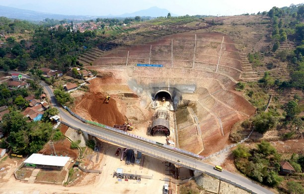 Foto: Terowongan di Tol Cisumdawu yang Tembus Bukit