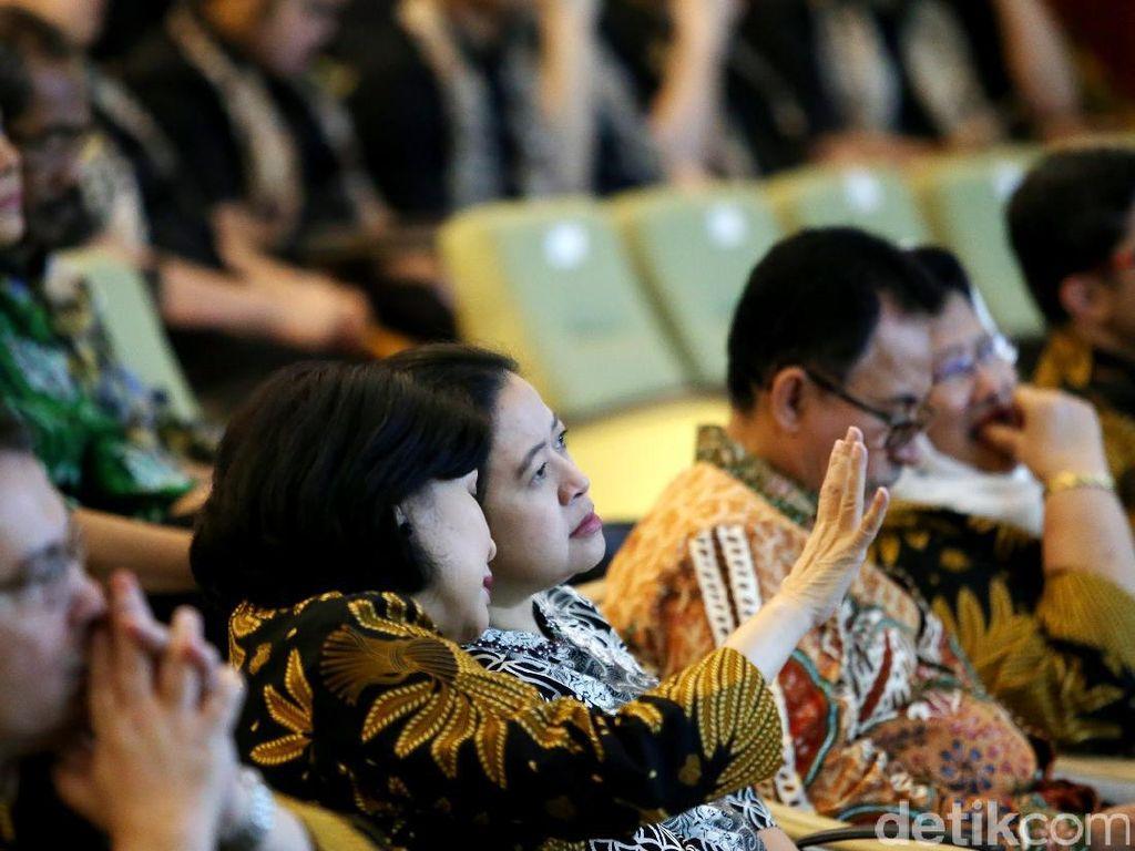 Menko PMK Puan Maharani mendengar penjelasan dari Dekan FKUI Ratna Sitompul terkait pembukaan museum Indonesia Museum of Health and Medicine (iMuseum).