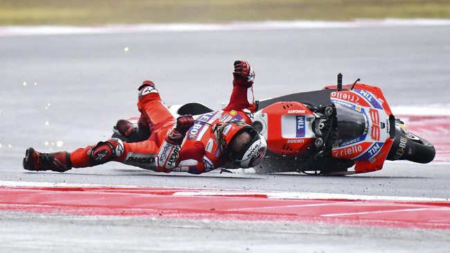 Jorge Lorenzo terhempas ke udara dan menghantam aspal Sirkuit Misano cukup keras setelah melakukan kesalahan di tikungan enam. (AFP PHOTO / Marco BERTORELLO)