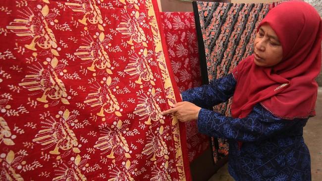 Penggagas sanggar batik betawi Terogong Siti Laela (54) menjelaskan ciri khas motif batik betawi di kawasan Terogong, Cilandak, Jakarta, Selasa (29/8). ANTARA FOTO/Syailendra Hafiz Wiratama/17.