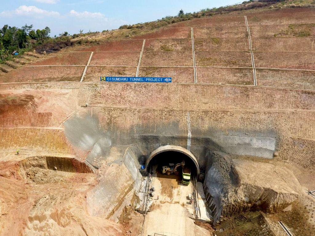 Salah satu pekerjaan konstruksi pada seksi ini adalah pembangunan terowongan menembus bukit di Desa Cilengser. Dok. Kementerian PUPR.