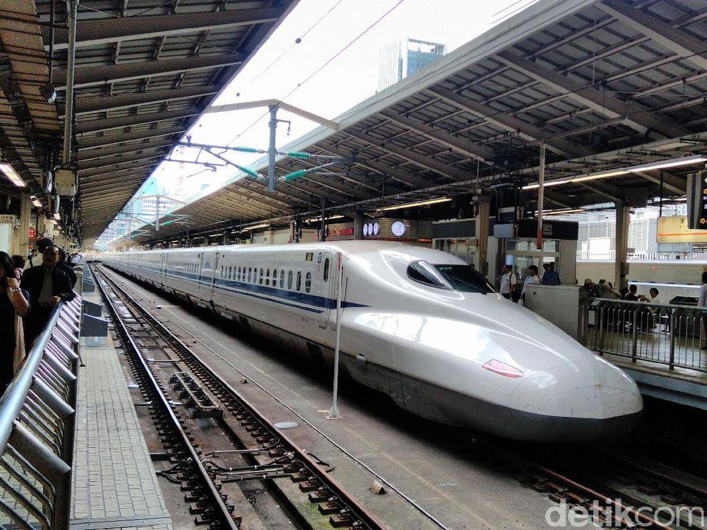 Kereta cepat Shinkansen Nozomi menaikkan penumpang. Dengan Nozomi, jarak 500 km ditempuh dalam waktu sekitar 2 jam 15 menit. Nozomi mampu melaju hingga 300 km/jam.