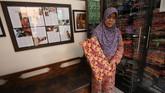 Sudah sejak lama batik dianggap sebagai salah satu identitas bagi suatu daerah. Batik merupakan kain bergambar yang cara pembuatannya dibutuhkan teknik khusus dalam prosesnya. Saat ini batik yang populer adalah batik khas dari Jawa seperti batik Solo, Pekalongan, dan Yogyakarta.(ANTARA FOTO/Syailendra Hafiz Wiratama)