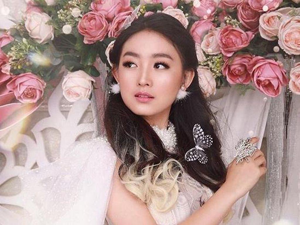 Dara kelahiran 15 Desember 1998 itu tampak anggun dengan gaun warna putih yang unik. Dok. Instagram/natashawilona12
