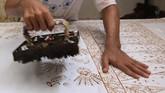 Keunikan batik khas Betawi ini mulai mengundang minat sejumlah wisatawan yang ingin melihat dari dekat sanggar Terogong, termasuk wisatawan mancanegara yang tidak hanya membeli batik melainkan juga untuk belajar dan memahami filosofi dari kain batik. (ANTARA FOTO/Syailendra Hafiz Wiratama)