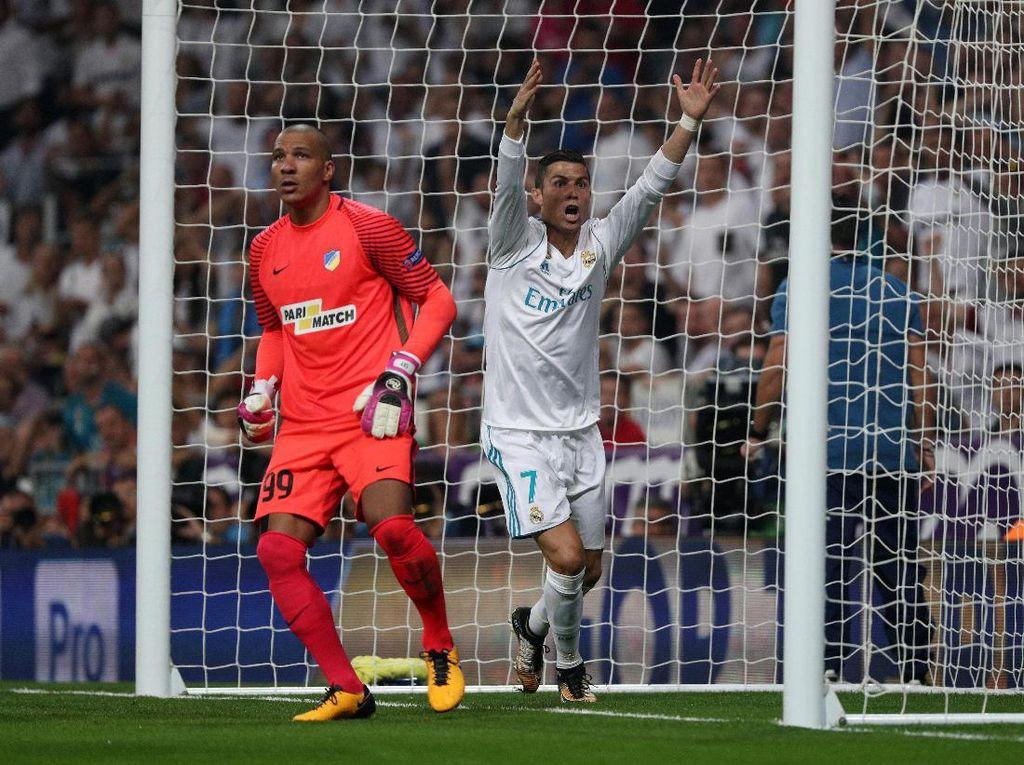 Di awal babak kedua, Ronaldo sempat memprotes bola tendangannya yang membentur mistar gawang dan memantul ke tanah. Dia menilai bola sudah melewati garis, tapi teknologi garis gawang mematahkan klaim Ronaldo itu. Foto: Sergio Perez/Reuters