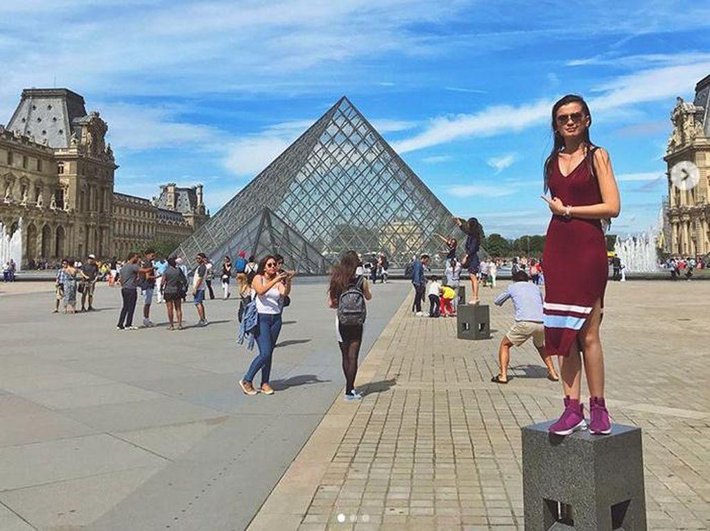 Ia tampil cantik dengan dress merah bergaris dan sneakers. Dok. Instagram/kimbrlyryder