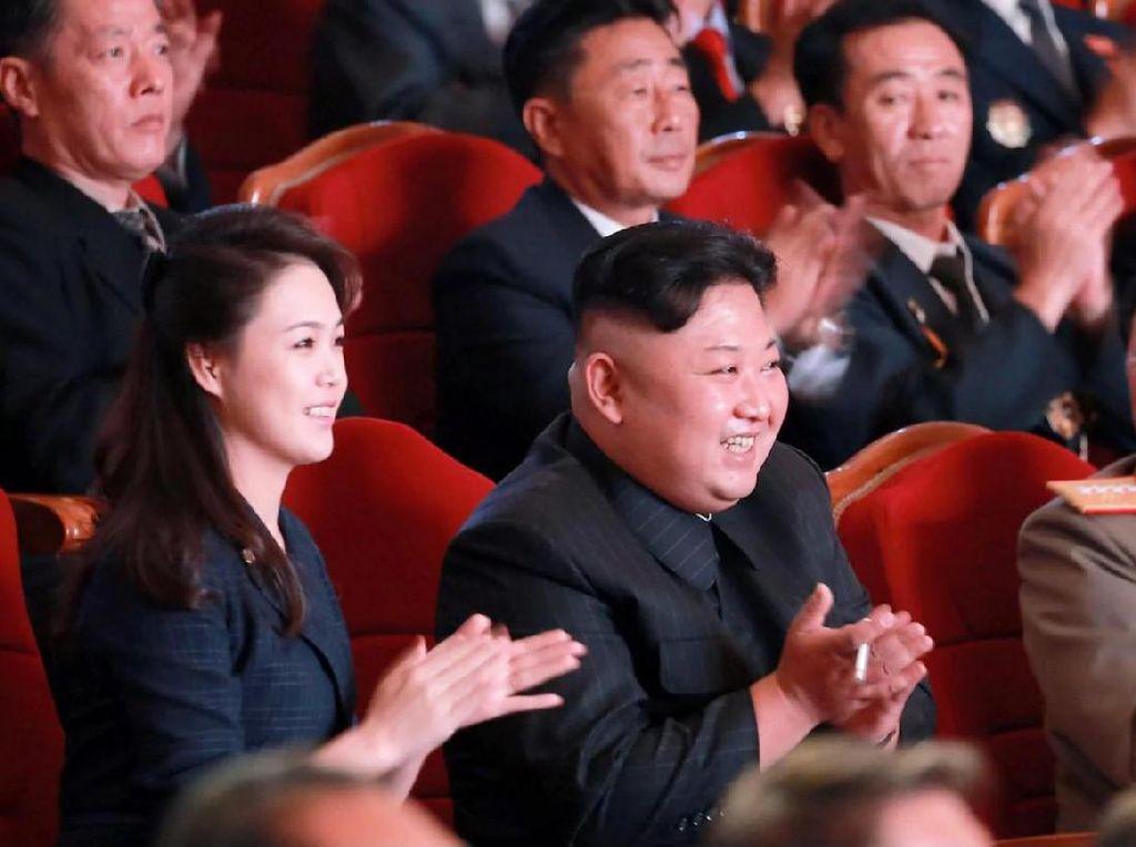 Dia duduk di sebelah Kim Jong-Un dalam acara perayaan tersebut. Foto: AFP
