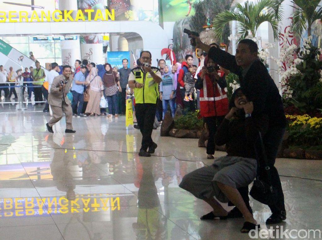 Teroris menyandera seorang calon penumpang perempuan di terminal keberangkatan Bandara Juanda.