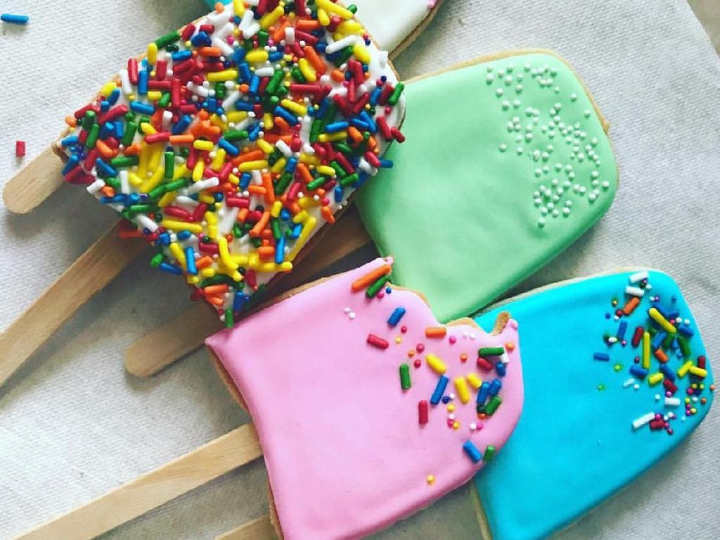 Es Loli ini dibuat seperti cookies dengan warna-warni pastel yang cantik. Taburan cokelat warna-warni bikin tampilannya makin menggemaskan.Foto: Istimewa