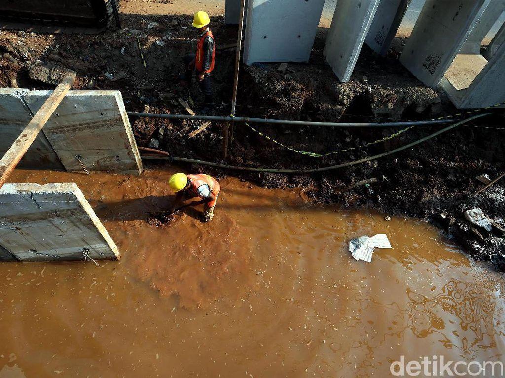 Sejumlah pekerja, tengah, mengerjakan perbaikan saluran air di Jalan KH Noer Ali, Kalimalang, Kota Bekasi, Kamis (14/09/2017).