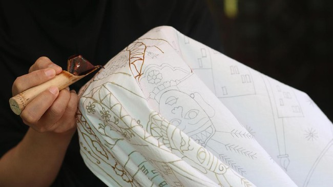 Batik Betawi saat ini memang tergolong barang yang langka alias sangat jarang ditemukan di butik atau toko yang menjual kain batik. Hal ini disebabkan karena minimnya pembatik yang berminat khusus pada batik Betawi. (ANTARA FOTO/Syailendra Hafiz Wiratama)