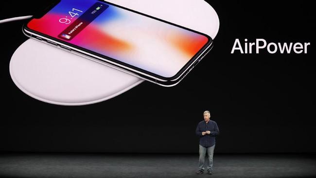 <p>Akhirnya Apple memperkenalkan kemunculan teknologi nirkabel bernama AirPower. <em>Charger wireless</em>ini bisa digunakan secara bersamaan untuk mengisi baterai AirPods dan Apple Watch. (REUTERS/Stephen Lam)</p>