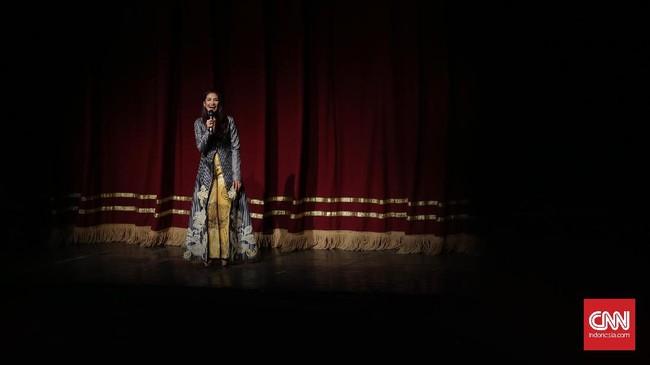 Maudy Koesnaedi sebagai produser membuka acara sebelum pementasan berlangsung di Graha Bhakti Budaya, TIM Jakarta (14/9). Konser teatrikal 'BABE, Muke Kampung Rejeki Kota' berlangsung selama dua hari pada 15 dan 16 September 2017. (CNN Indonesia/Hesti Rika)