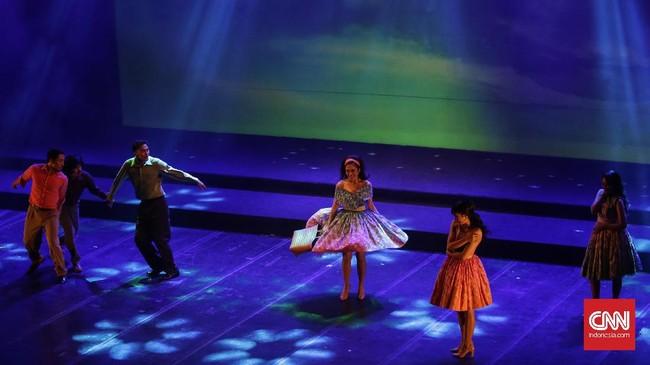 Ada sekitar 30 lagu andalan Benyamin dibawakan oleh pemain dalam konser teatrikal ini mulai dari 'Sang Bango', 'Hujan Gerimis', 'Si Doel', 'Panjak Gambang', 'Penganten Sunat' dan lainnya. (CNN Indonesia/ Hesti Rika)