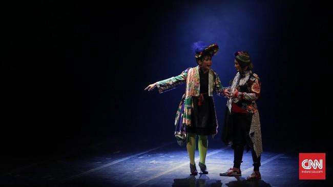 Indra Bekti (kanan) memerankan sebagai abang Jantuk di konser teatrikal dengan judul 'BABE, Muke Kampung Rejeki Kota' yang mengangkat kisah perjalanan hidup Benyamin Sueb. (CNN Indonesia/ Hesti Rika)