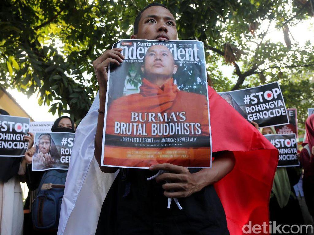 Seorang pendemo yang tergabung dalam Human Rights Alliance Indonesia melakukan aksi demo di depan Kedubes Myanmar, Jakarta, Jumat (15/9/2017).