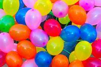 Kondom dan balon sekilas bentuknya mungkin sama tapi bukan berarti bisa saling menggantikan fungsi. Bahan latex pada balon tidak didesain untuk bersentuhan dengan kulit penis dan vagina yang sensitif sehingga berisiko menimbulkan iritasi. Foto: Thinkstock
